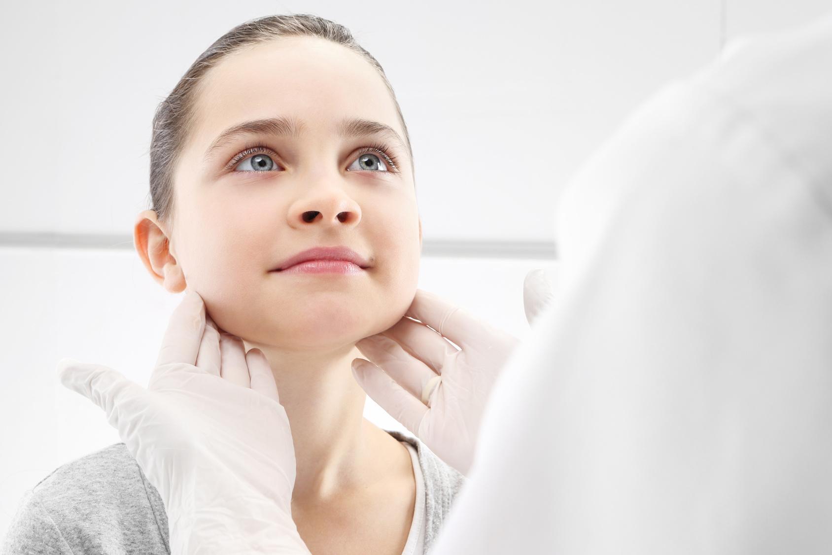 Dziewczynka w gabinecie lekarza pediatry, badanie lekarskie